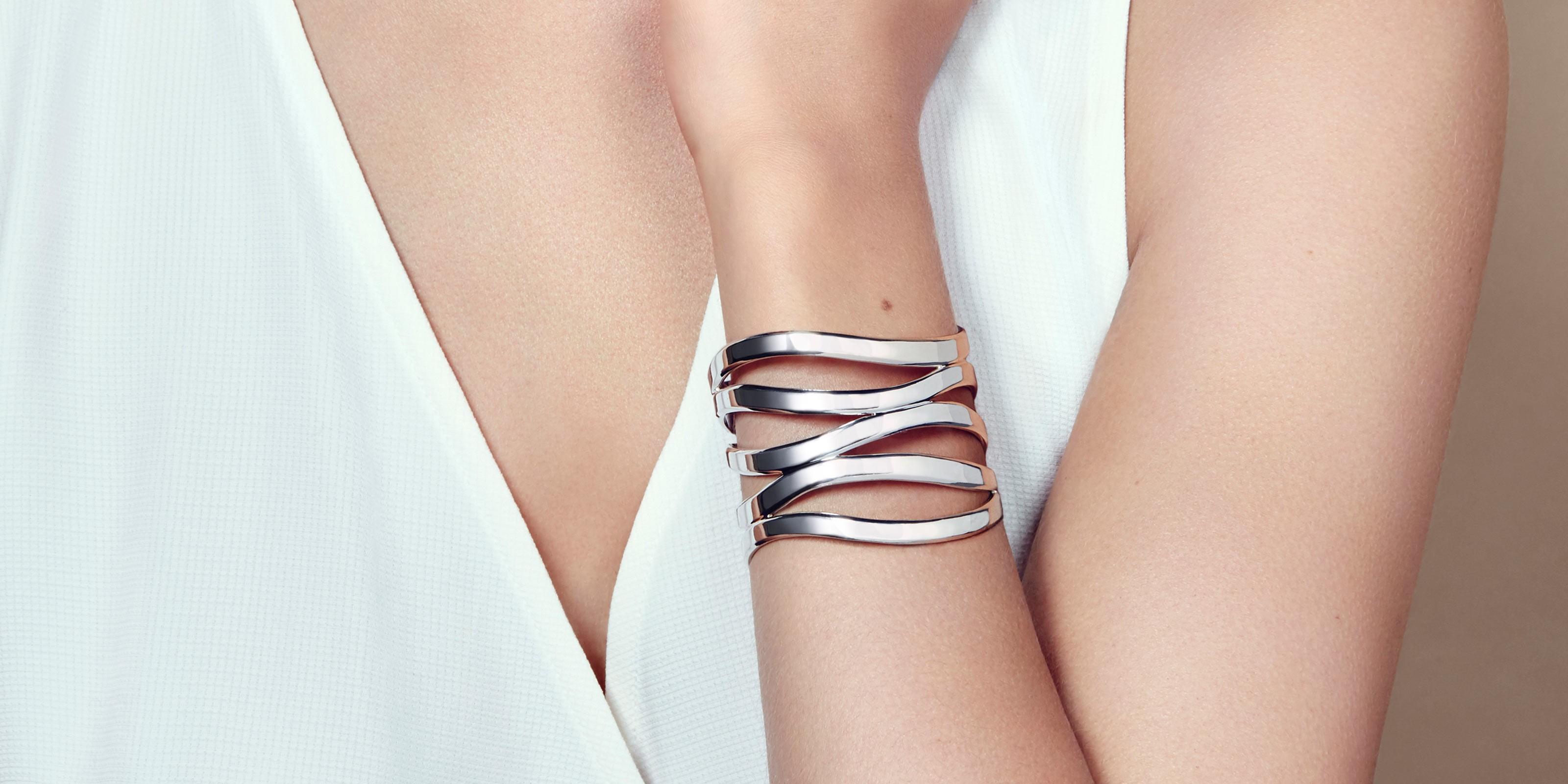 cc5e5c8440b4 The bracelet measures 2 1 2